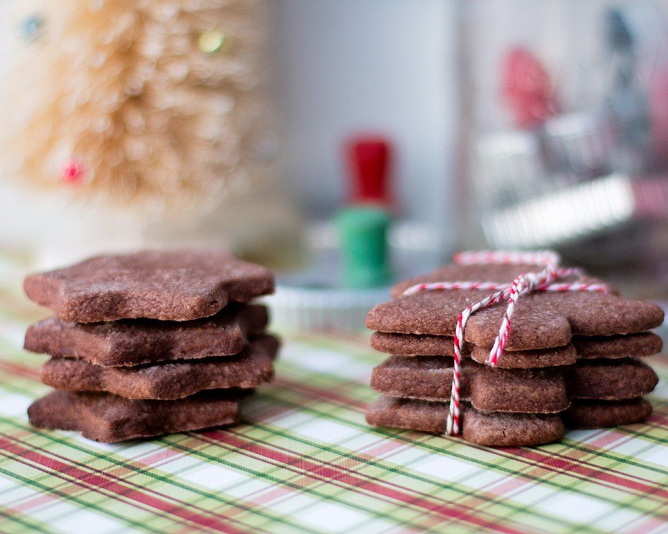 Food blogger, Bella Bucchiotti of xoxoBella, shares a recipe for chocolate sugar cookies. These chocolate roll cookies are easy to make for Christmas.