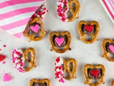 Food blogger, Bella Bucchiotti of xoxoBella shares these Valentine pretzel snack bites that are quick and easy Valentine's Day treat. You will love these sweet and salty Valentine pretzels!