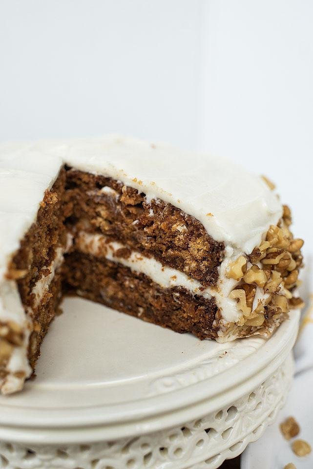 Food blogger, Bella Bucchiotti of xoxoBella shares a tasty recipe for gluten free vegan gingerbread apple cake. You will love this apple cake recipe!