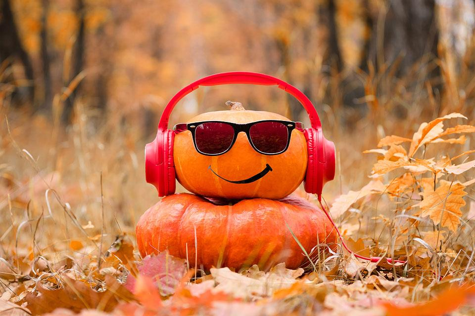 Lifestyle blogger, Bella Bucchiotti of xoxoBella shares some spooky Halloween podcasts to listen to for Halloween.