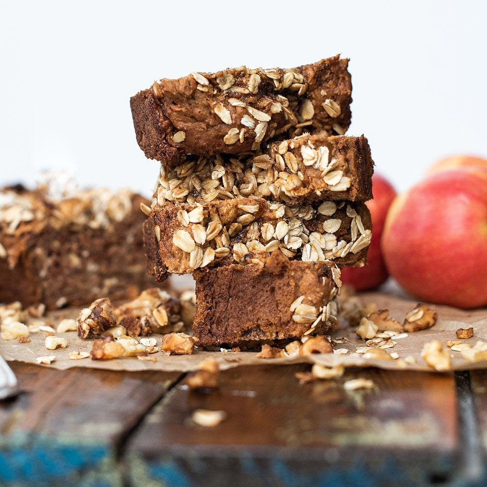 Food blogger, Bella Bucchiotti of xoxoBella shares a vegan gluten free apple loaf recipe. You will love this apple loaf.