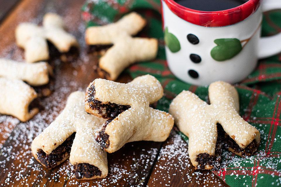 Food blogger, Bella Bucchiotti of xoxoBella shares a Christmas cookie recipe for biscotti X fig cookies. These are perfect for Christmas baking. These fig cookies  will be a great addition to your holiday baking traditions.