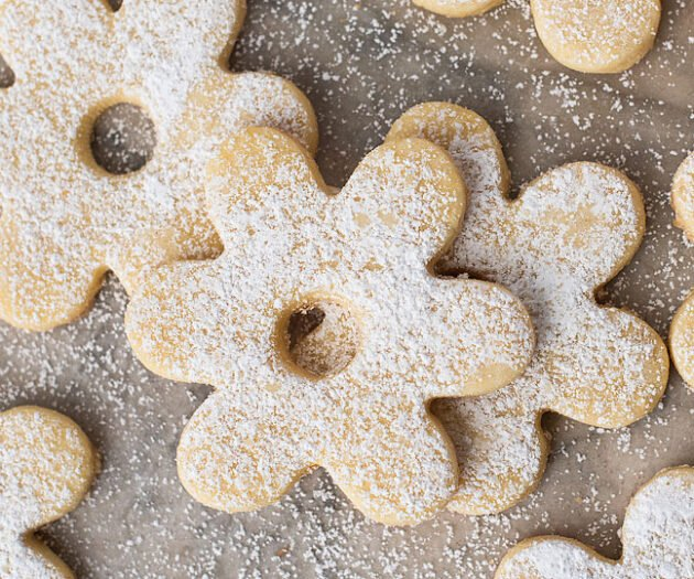 Food blogger, Bella Bucchiotti of xoxoBella shares more of her favourite Christmas cookies for your holiday baking or Christmas baking this year. These Italian cookies are known as canestrelli cookies and a holiday tradition.