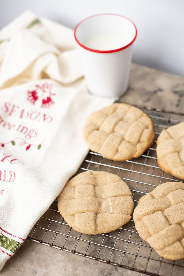 Food blogger, Bella Bucchiotti of xoxoBella share a Christmas cookies recipe for cinnamon lattice cookies. You need to add these lattice cookies to your holiday baking list. Christmas baking is my favourite time of year!