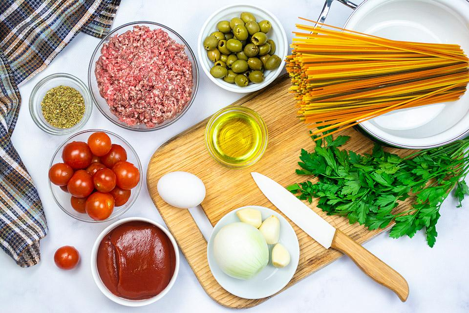 Food blogger, Bella Bucchiotti of xoxoBella, shares an easy one pot pasta with Mediterranean meatballs. YOu will love this one post Mediterranean pasta!