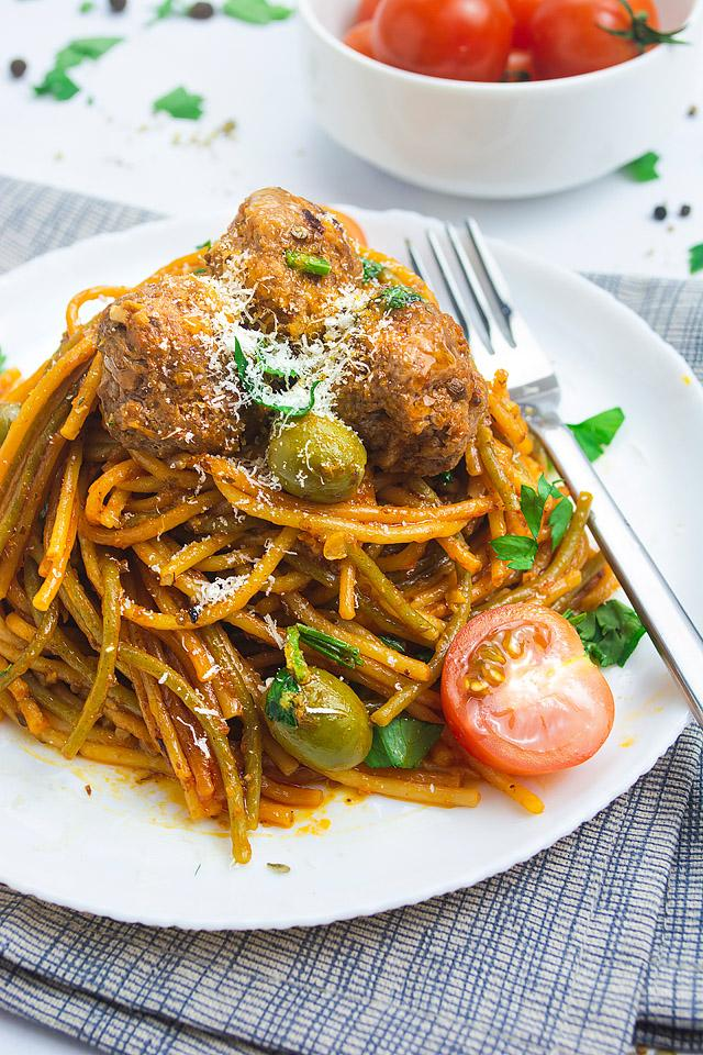 Food blogger, Bella Bucchiotti of xoxoBella, shares an easy one pot pasta with Mediterranean meatballs. YOu will love this Mediterranean spaghetti and meatballs.