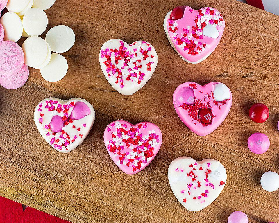 Food blogger, Bella Bucchiotti of xoxoBella shares a recipe for white chocolate hearts that are an easy Valentine's treat. Everyone loves these easy to make heart shaped chocolate treats.