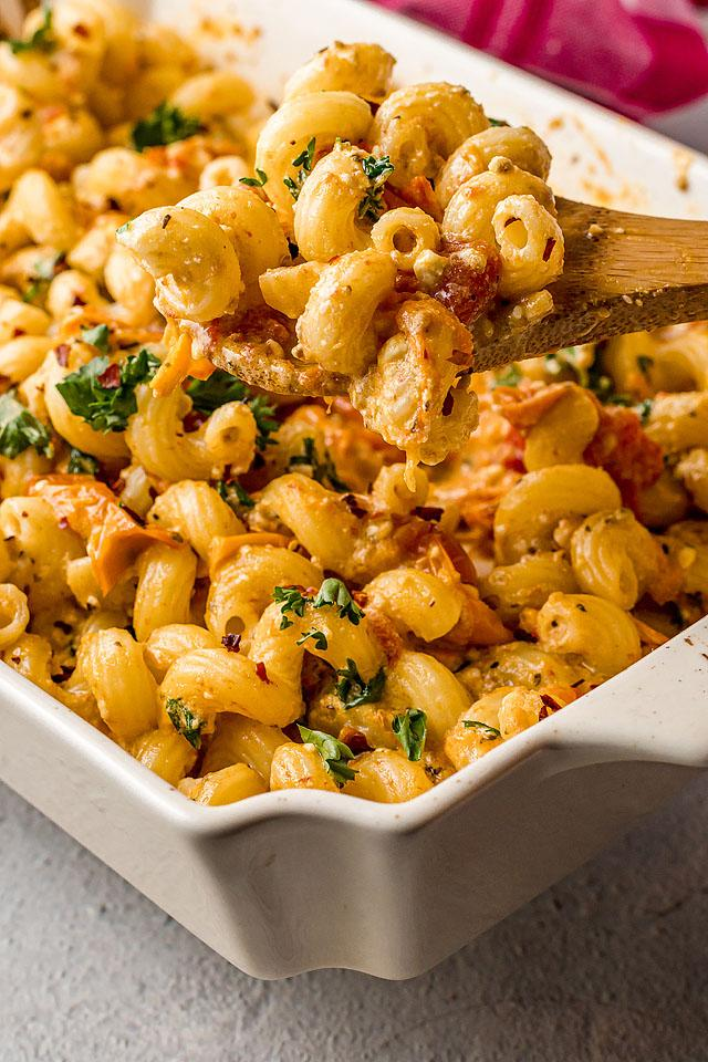 Food blogger, Bella Bucchiotti of xoxoBella, shares a recipe for  baked feta pasta. This is the best feta pasta recipe!