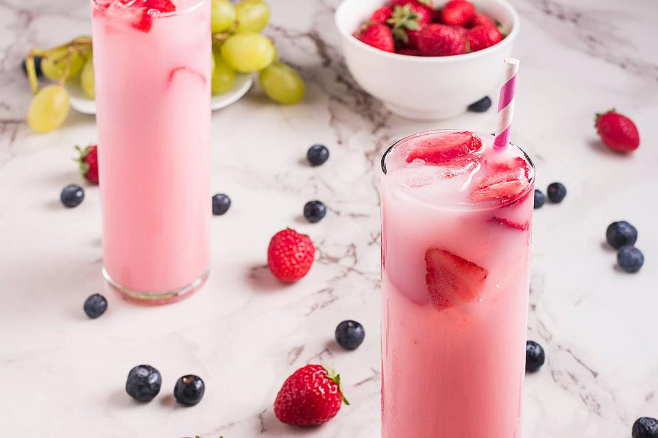 Food blogger, Bella Bucchiotti of xoxoBella, shares a Starbucks pink drink copycat recipe. You will love how easy this homemade Starbucks pink drink is.