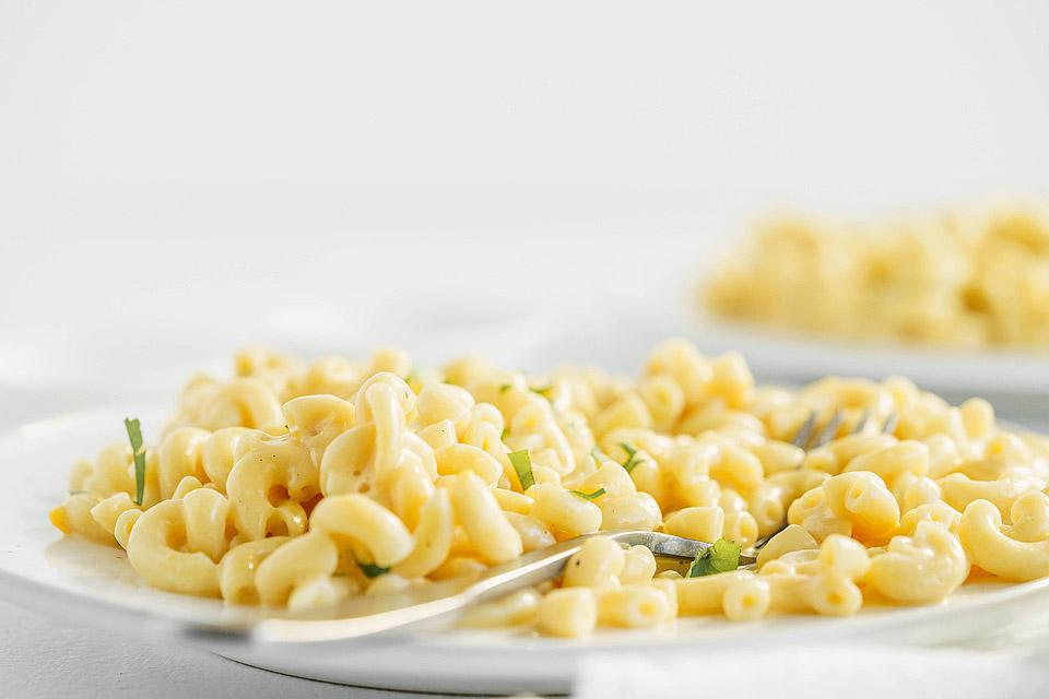 Food blogger, Bella Bucchiotti of xoxoBella, shares Instant Pot creamy macaroni and cheese. You will love this easy Instant Pot pasta recipe.