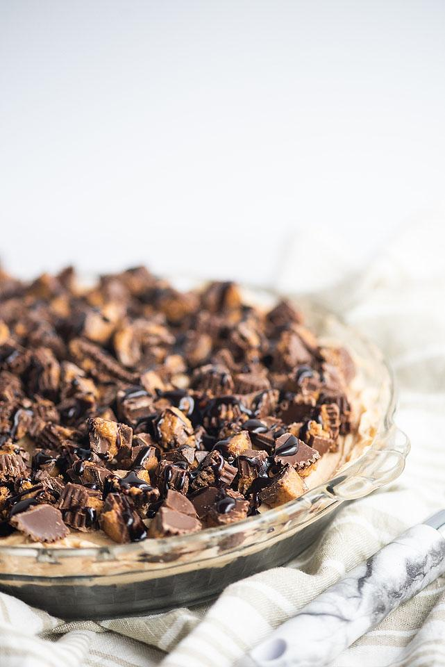 Food blogger, Bella Bucchiotti of xoxoBella, share a recipe for chocolate peanut butter pie. This peanut butter cream pie recipe with peanut butter cups is so easy!