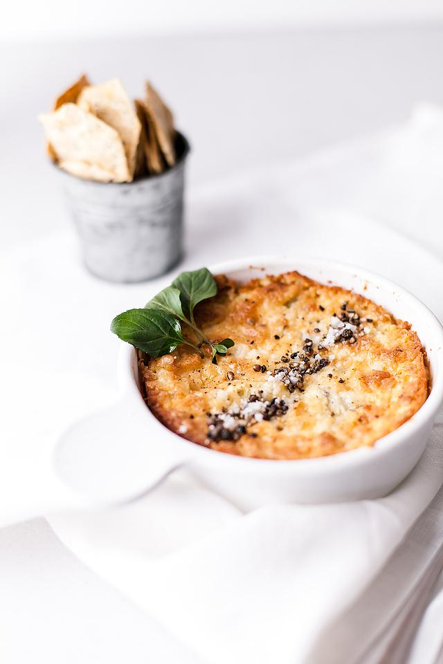 Food blogger, Bella Bucchiotti of xoxoBella, shares a baked artichoke dip recipe. You will love this recipe with artichoke hearts. Give it a try if you are looking for an appetizer made with cream cheese.