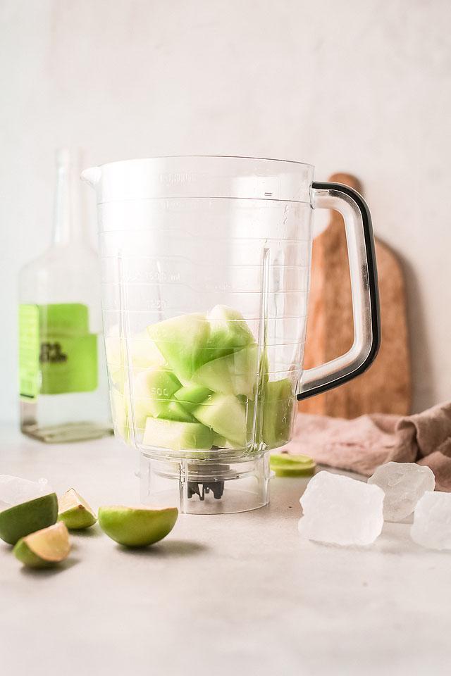 Food blogger, Bella Bucchiotti of xoxoBella, shares a honeydew melon margarita recipe. You will love this honeydew cocktail for summer!
