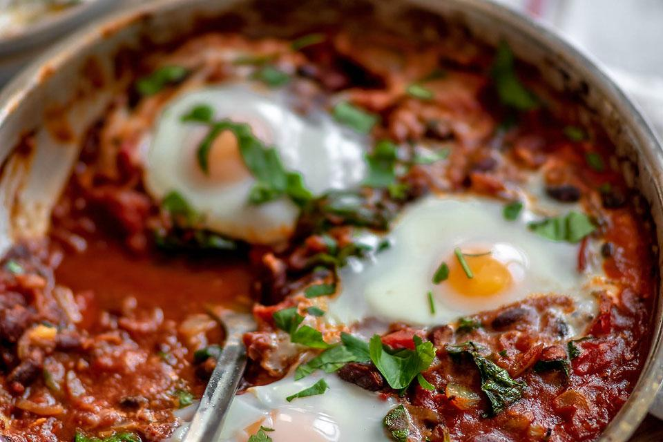 Food blogger, Bella Bucchiotti of xoxoBella, shares a recipe for spinach and red bean shakshuka. You will love this quick healthy meal.