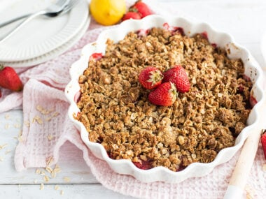 Food blogger, Bella Bucchiotti of xoxoBella, shares a gluten free strawberry crisp recipe. You will love this baked dessert with fruit!