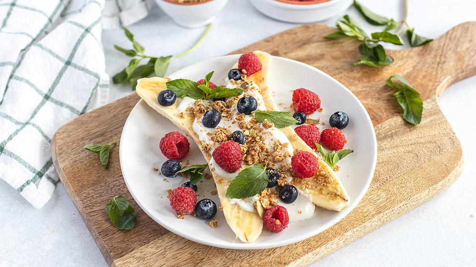 Food blogger, Bella Bucchiotti of xoxoBella, shares a recipe for a breakfast banana split with berries. You will love this alternative to a smoothie bowl.