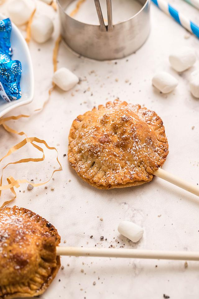 Food blogger, Bella Bucchiotti of xoxoBella, shares a recipe for air fryer s'more pie pops with Nutella. You will love this easy air fryer s'more recipe.