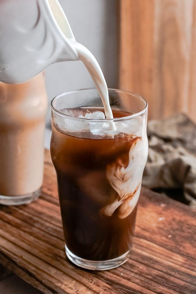 Food blogger, Bella Bucchiotti of xoxoBella, shares a Starbucks iced brown sugar oak milk shaken espresso recipe. You will love this DIY Starbucks shaken espresso recipe.