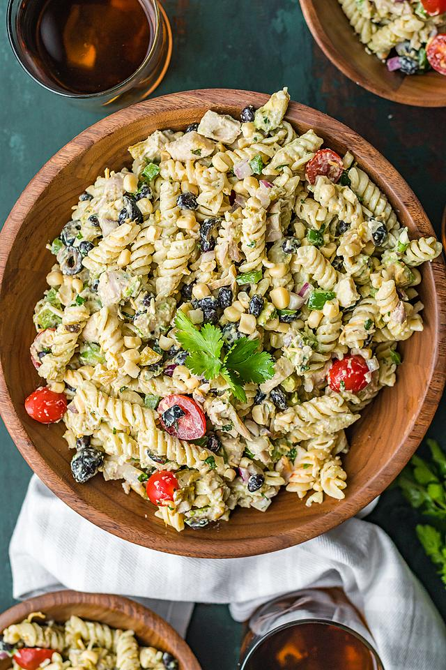 Food blogger, Bella Bucchiotti of xoxoBella, shares a zesty Tex Mex chicken pasta salad. You will love this flavourful dinner salad.
