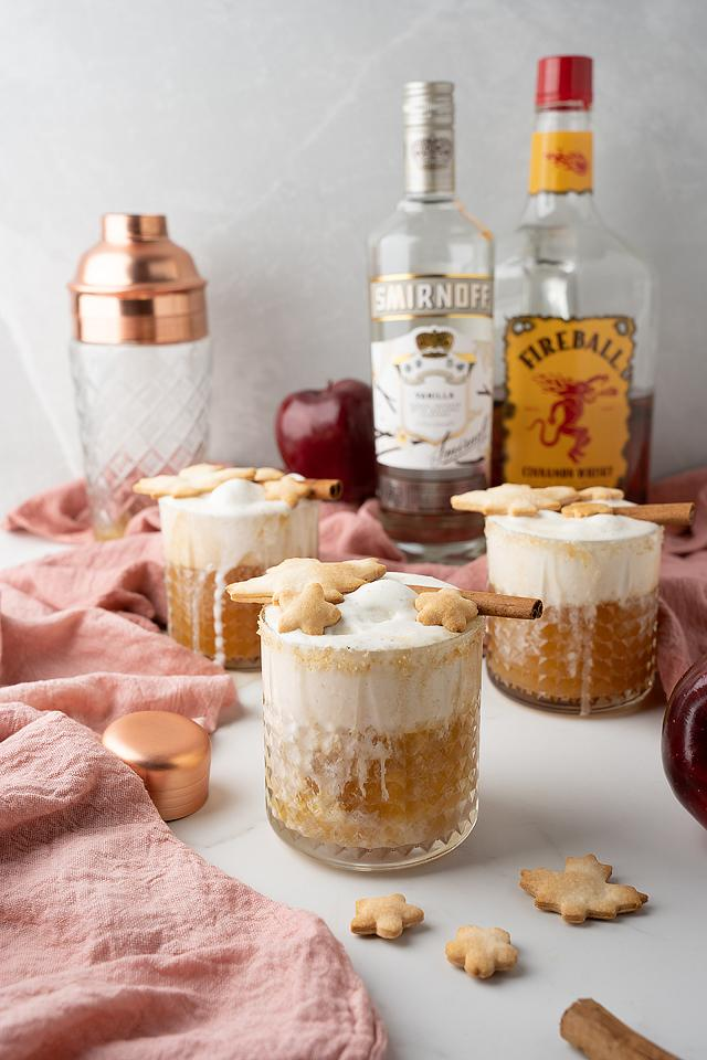 Food blogger, Bella Bucchiotti of xoxoBella, shares a recipe for an apple pie à la mode cocktail. You will love this fall cocktail made with apple cider.
