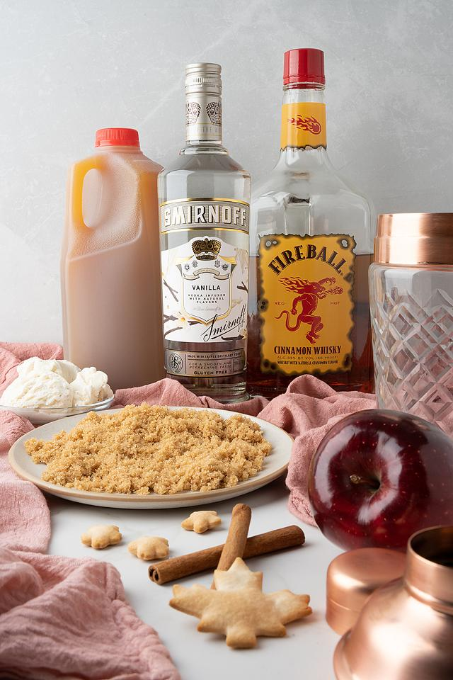 Food blogger, Bella Bucchiotti of xoxoBella, shares a recipe for an apple pie à la mode cocktail. You will love this fall cocktail with fireball whisky and vanilla vodka.