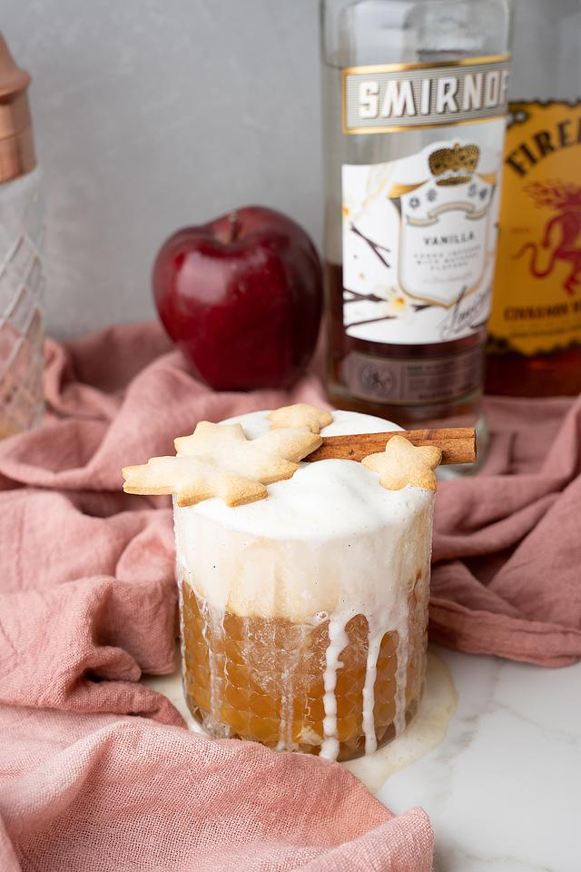 Food blogger, Bella Bucchiotti of xoxoBella, shares a recipe for an apple pie à la mode cocktail. You will love this fall apple cinnamon cocktail.