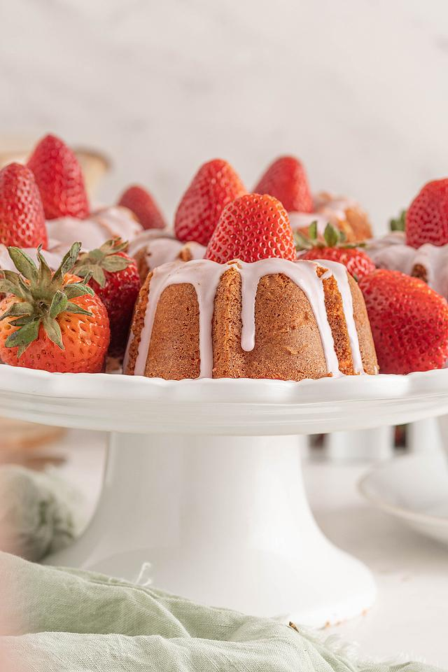 Food blogger, Bella Bucchiotti of xoxoBella, shares a recipe for mini strawberry bundt cakes. You will love this strawberry cake made with jello.