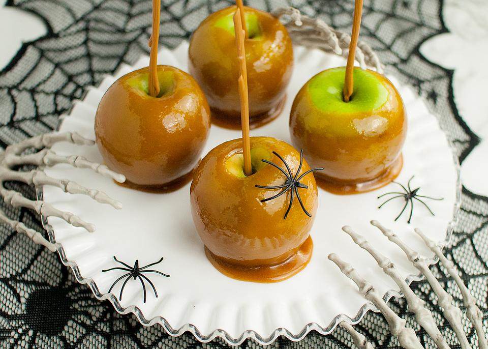 Food blogger, Bella Bucchiotti of xoxoBella, shares some easy DIY caramel apples. You will love these homemade caramel apples.