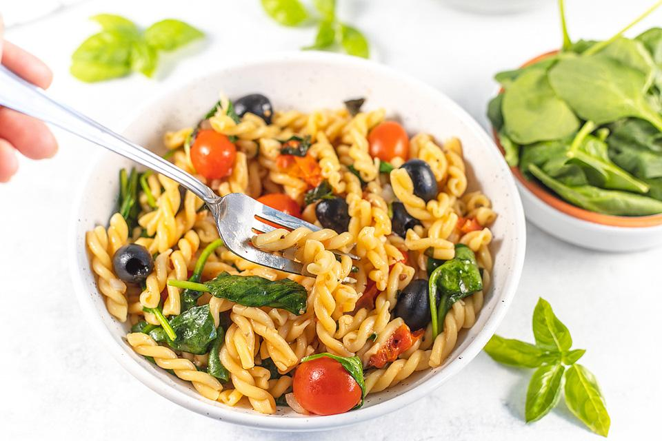 Food blogger, Bella Bucchiotti of xoxoBella, shares a recipe for one pot pasta with spinach and tomatoes. You will love this fresh greens vegan pasta dinner.