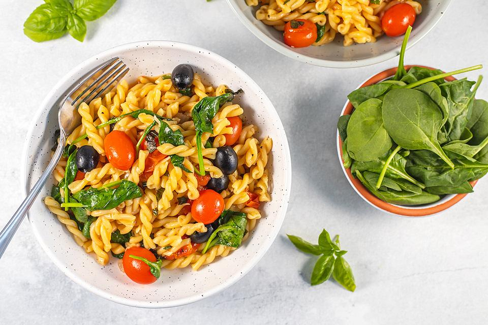 Food blogger, Bella Bucchiotti of xoxoBella, shares a recipe for one pot pasta with spinach and tomatoes. You will love this easy spinach pasta.