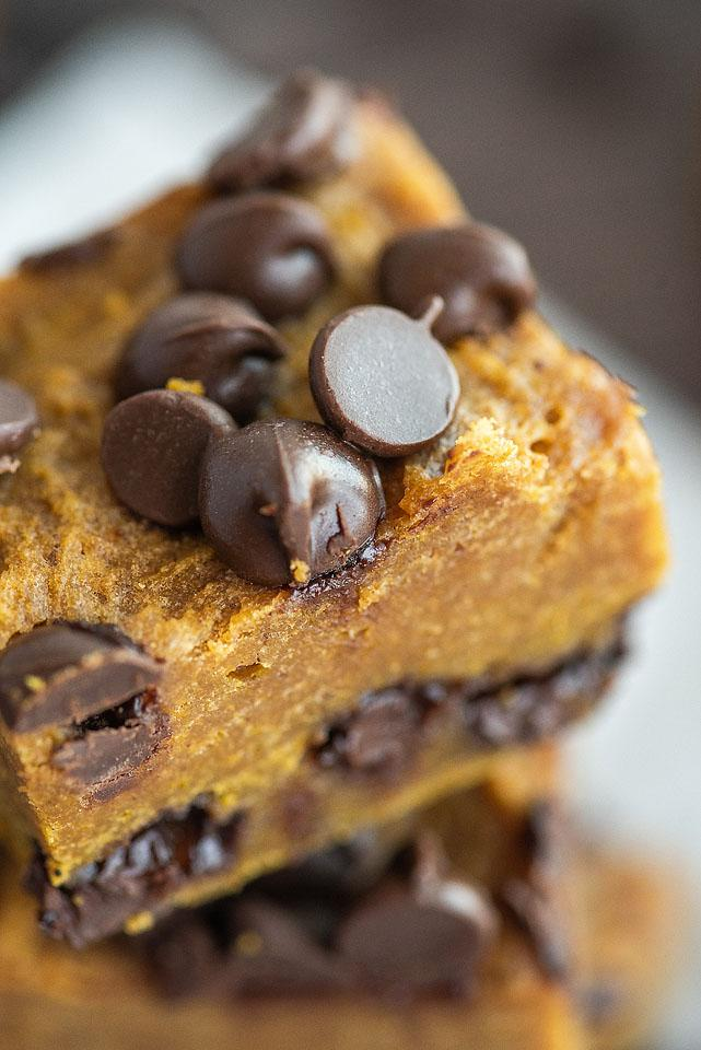 Food blogger, Bella Bucchiotti of xoxoBella, shares a recipe for pumpkin chocolate chip bars. You will love how pumpkin and chocolate go together in this easy pumpkin squares recipe.