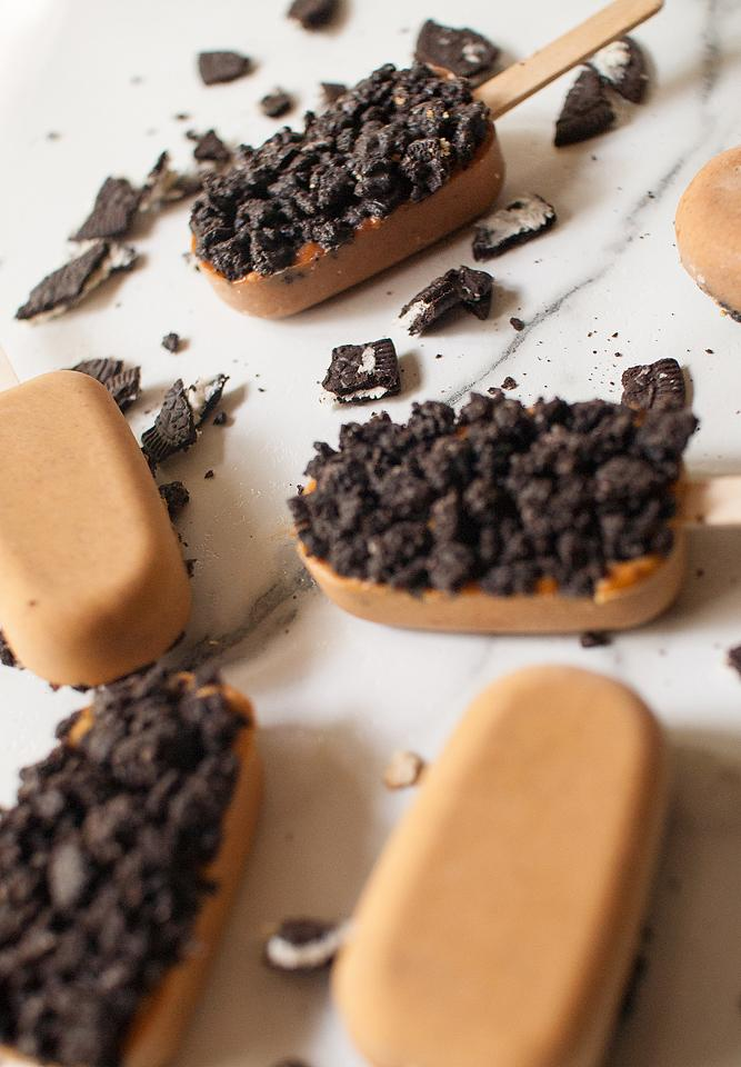 Food blogger, Bella Bucchiotti of xoxoBella, shares a recipe for pumpkin pie popsicles. You will love these creamy pumpkin pops with Oreo coating.