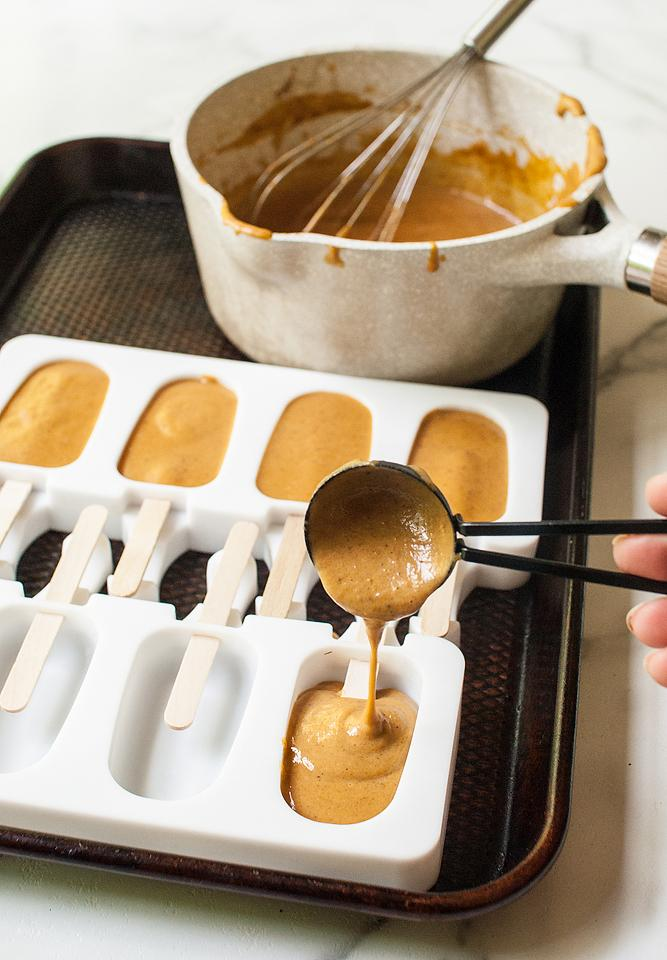 Food blogger, Bella Bucchiotti of xoxoBella, shares a recipe for pumpkin pie popsicles with Oreo coating. These are perfect fall treats for kids or for the pumpkin spice lover.