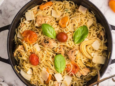 Food blogger, Bella Bucchiotti of xoxoBella, shares a recipe for sheet pan chicken caprese pasta. This is an easy chicken dinner made with chicken tenderloins.