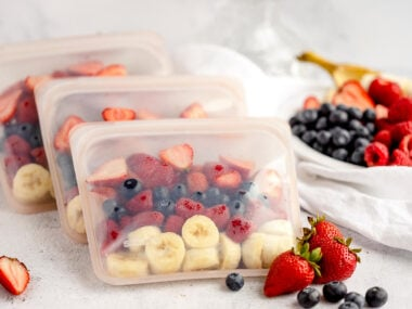 Food blogger, Bella Bucchiotti of xoxoBella, shares a DIY meal prep with smoothie freezer packs. You will love these frozen smoothie bags with fresh fruit.