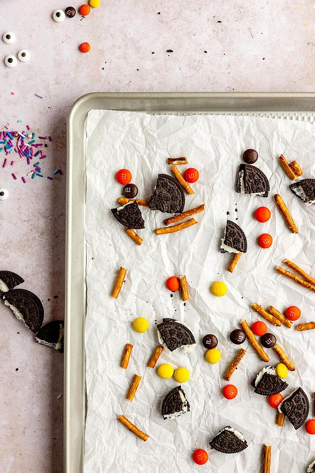 Food blogger, Bella Bucchiotti of xoxoBella, shares a recipe for Halloween white chocolate candy bark. You will love this easy candy bark recipe.