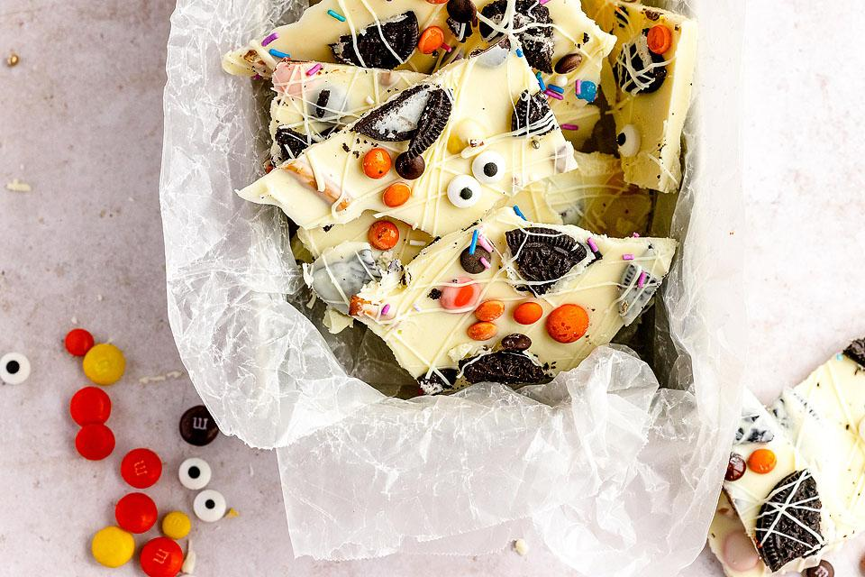 Food blogger, Bella Bucchiotti of xoxoBella, shares a recipe for Halloween white chocolate candy bark. You will love this DIY Halloween candy.