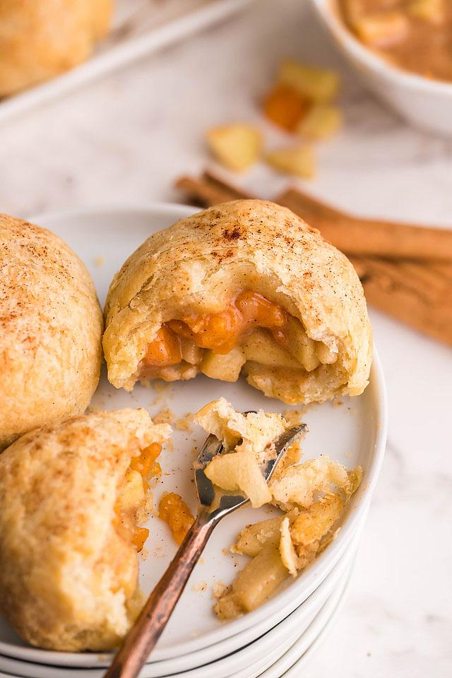 Food blogger, Bella Bucchiotti of xoxoBella, shares a recipe for air fryer apricot apple cinnamon dumplings. You will love these puff pastry dumpling.