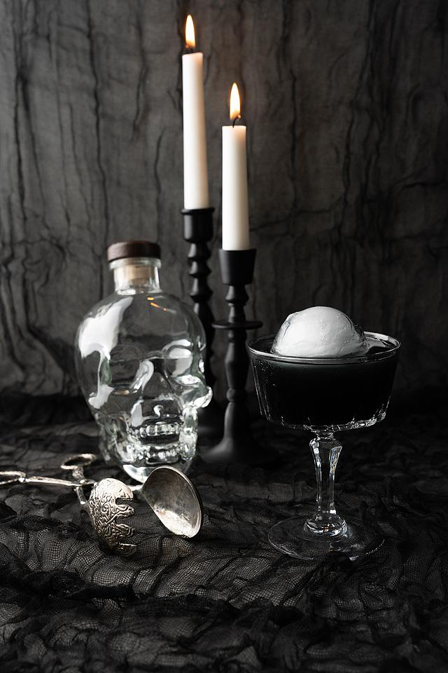 Food blogger, Bella Bucchiotti of xoxoBella, shares a black Halloween cosmopolitan cocktail. You will love this Halloween themed drink.