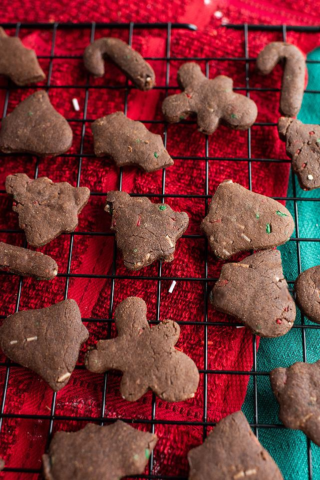 Food blogger, Bella Bucchiotti of xoxoBella, shares a recipe for Christmas chocolate sugar cookies and buttercream dip. You will love this Christmas cookie dip.